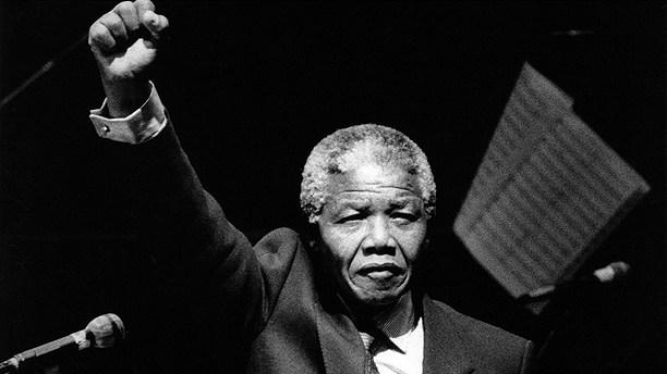 Nelson Mandela höjer sin knutna näve under ett tal i samband med Mandela-galan i Globen i Stockholm 1990. Foto: Jack Mikrut/Scanpix.
